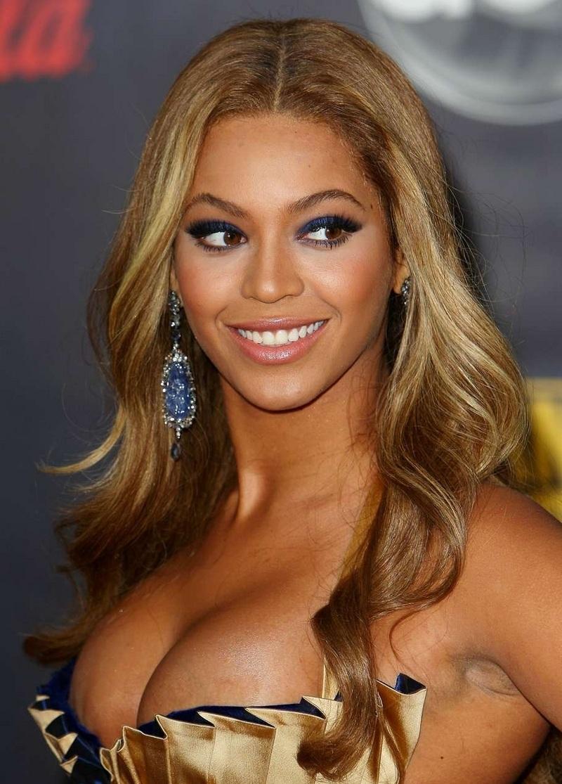 avec un magnifique bustier. <b>Beyonce Knowles</b> - BeyonceKnowles