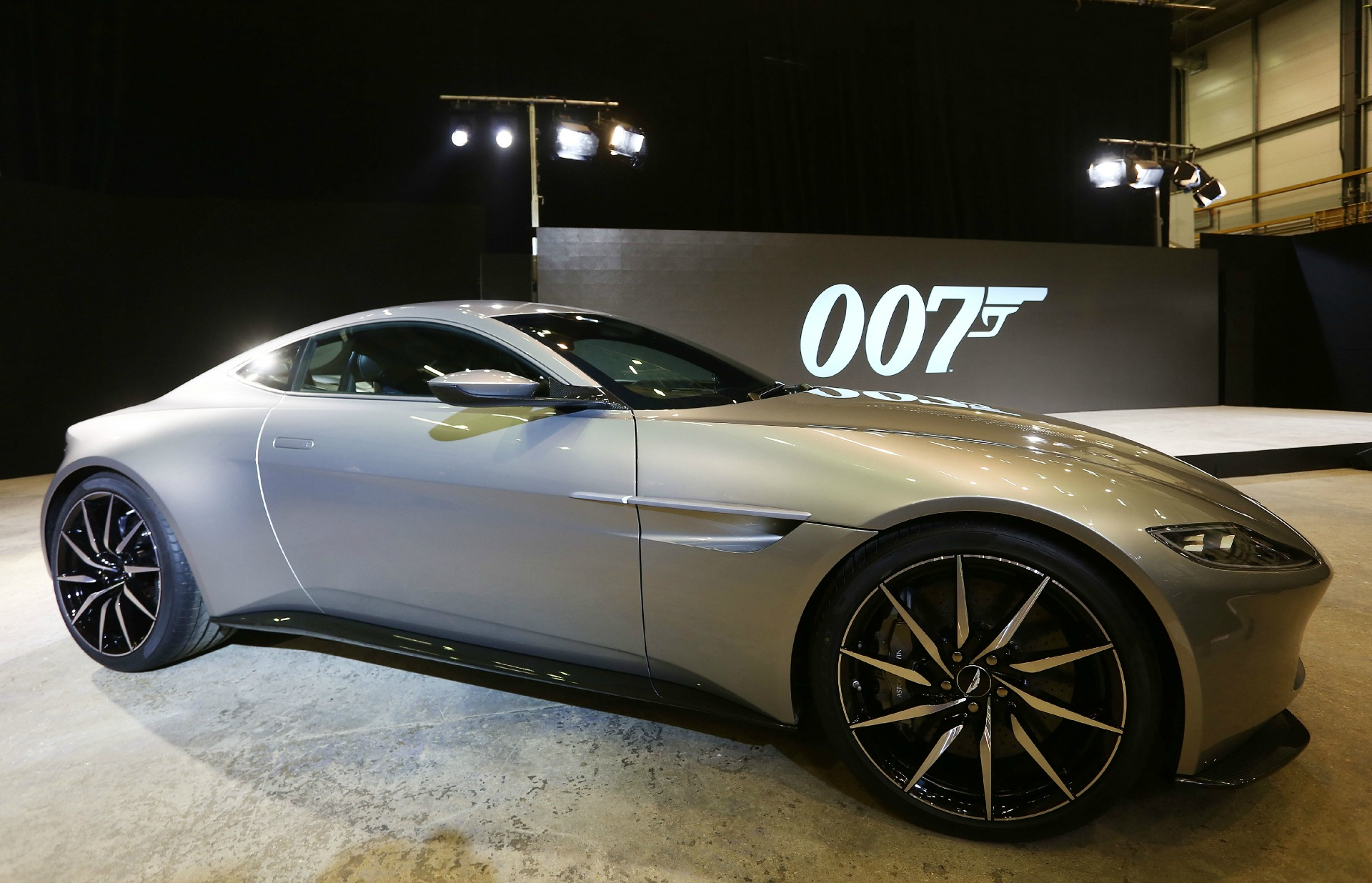 aston martin db10 la voiture de james bond spectre en dition limit e. Black Bedroom Furniture Sets. Home Design Ideas
